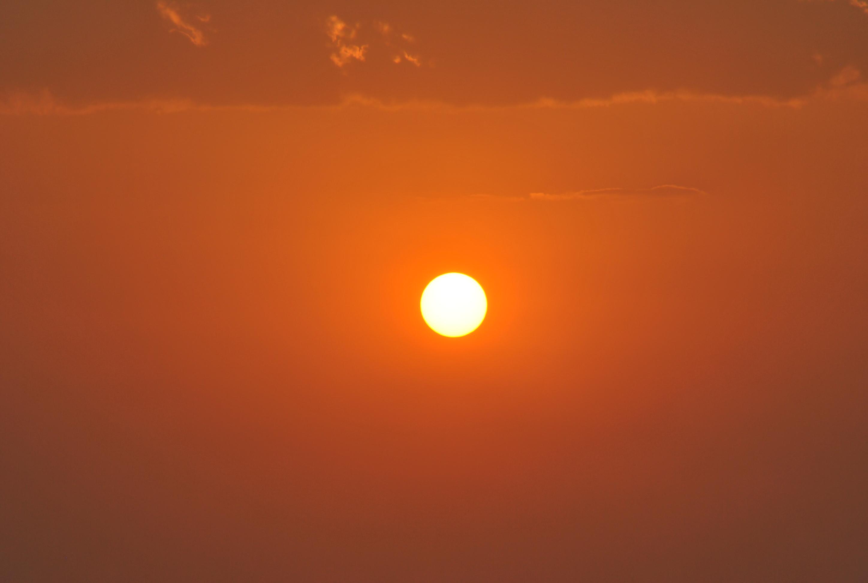 Centrerad solnedgång