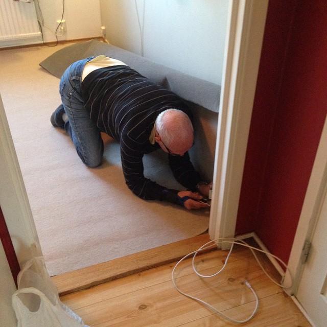 Pappa lägger in matta